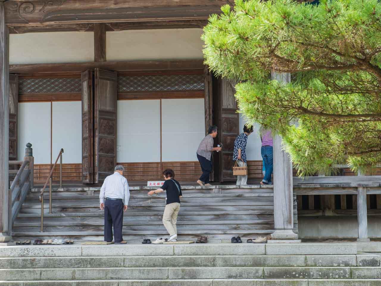 無為信寺に訪れる人々