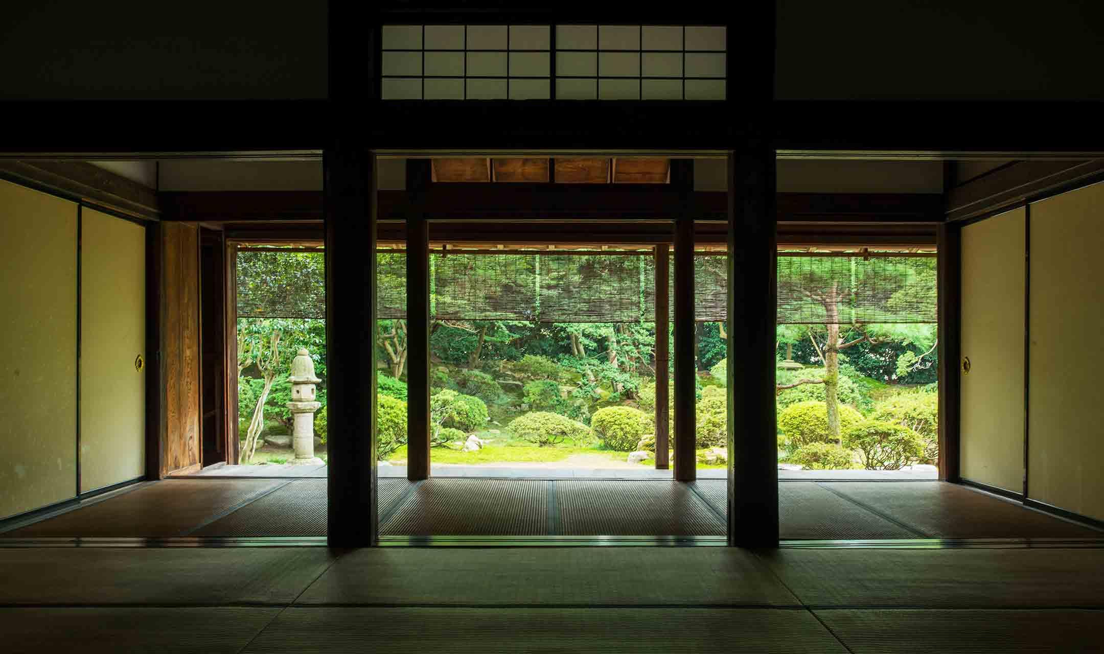 和室から見える無為信寺の庭園の様子