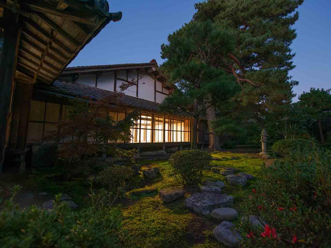 無為信寺の庭の夕景の様子